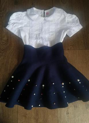 Юбка с плотного трикотажа, тянется, для 1-2 класа, размер 122-128, на одетом ребенке так волнами и стоит.