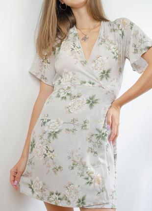 Pull&bear нежное серое нежное мини платье на запах в цветочный принт, халат