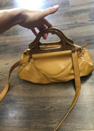 Красивая горчичная сумка с деревянными ручками
