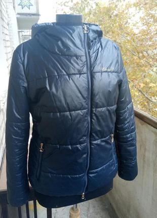 Теплая фирменая куртка demix на синтепоне