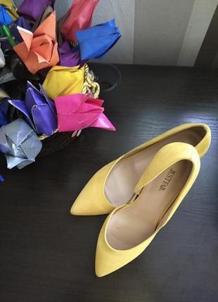 Очень классные яркие желтые туфли
