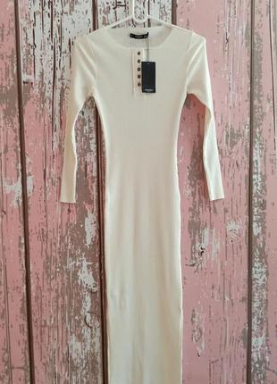 Трендовое платье в рубчик по фигуре кремового цвета