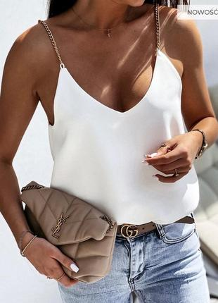 Легкая белая блуза майка  свободного кроя декорирована цепочками