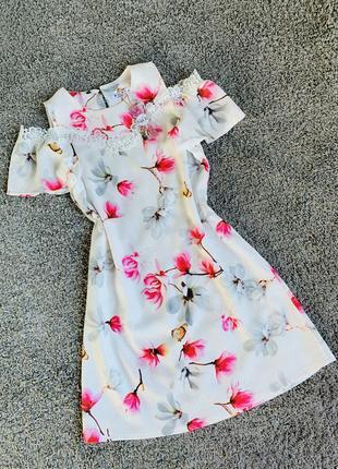 Шикарное,очень симпатичное платье в цветочный принт с кружевом