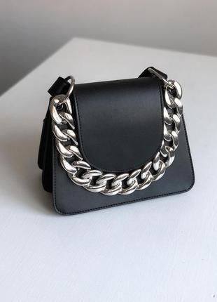 Стильная чёрная сумка маленькая на длинном ремешке с цепью