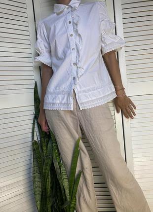 Блузочка с короткими  рукавами белого  цвета  с кружевом и рюшами noa noa