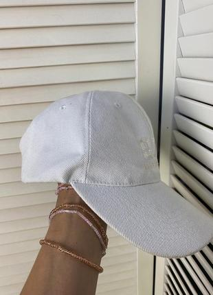 Ультрамодная  кепка белого цвета