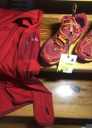 Красные спортивные кроссовки для бега