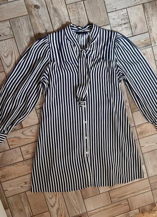 Стильное платье-рубашка в полоску свободного кроя