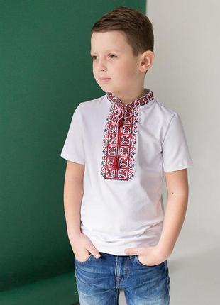 Вышитая футболка вышиванка для мальчика с коротким рукавом (красная вышивка)