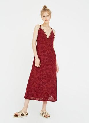 Платье миди красное в цветочный принт на тонких бретелях с кружевом pull & bear