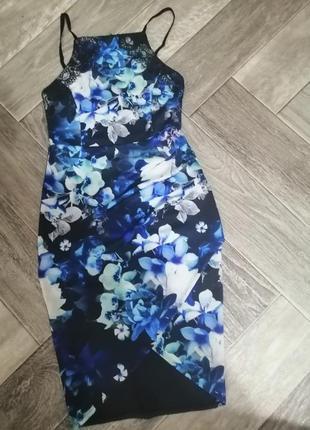 Красивое платье по фигуре с кружевом, драппировкой и запахом принт
