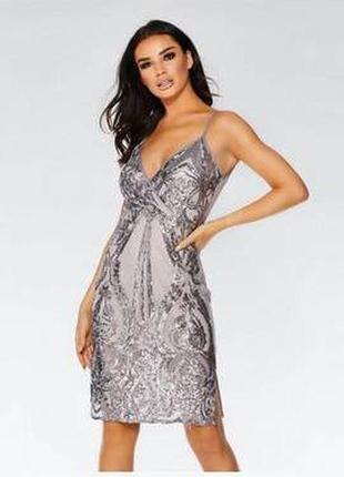 Шикарное серое вечернее платье в паетках на бежевом чехле