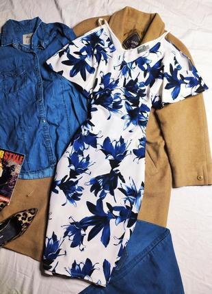 Asos асос платье белое в синий цветочный принт миди по фигуре с открытыми плечами летнее