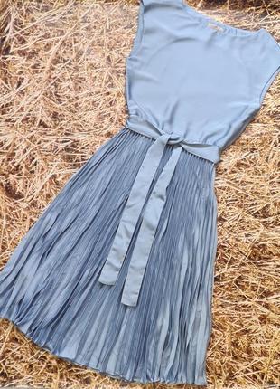 Новое платье h&m с плиссированной юбкой.