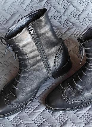 Ботинки черные кожаные зимние на меху с молнией и шнуровкой.