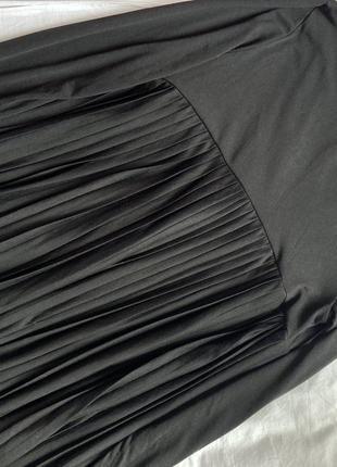 Стильное платье чёрного цвета с юбкой плиссе батал