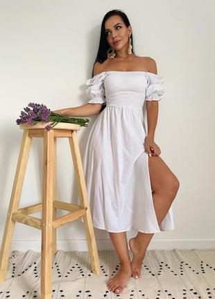 Белое летнее платье с разрезом