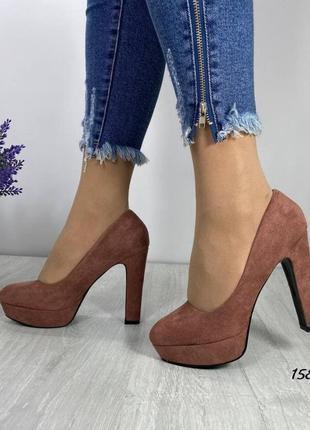 Замшевые темно-бежевые туфли на устойчивом высоком каблуке. наложка