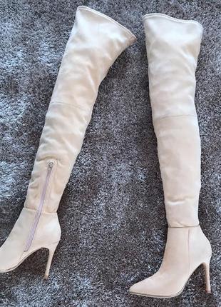 Бежевые замшевые ботфорты с острым носком на шпильке