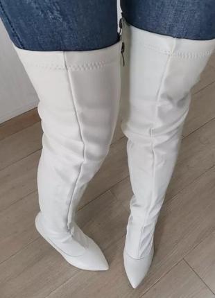 Белые замшевые ботфорты молочного цвета с острым носком на шпильке