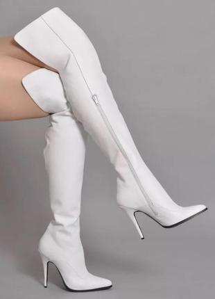 Шикарные кожаные белые ботфорты с острым носком на шпильке