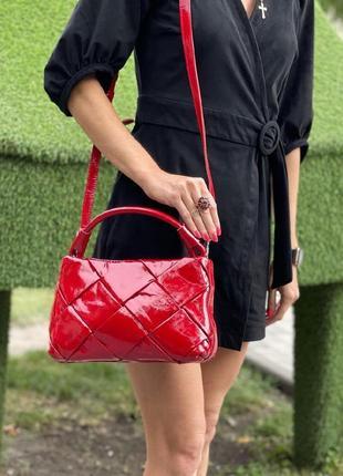 Красная лаковая сумка polina eitherou 😍