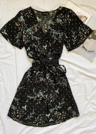 Чёрное платье в цветочный принт с имитацией запаха new look