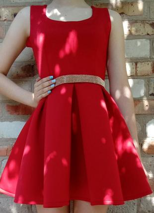 Красное платье с золотым поясом