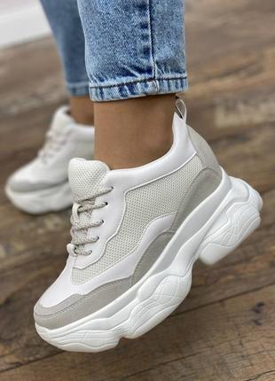 Белые кроссовки-сникерсы