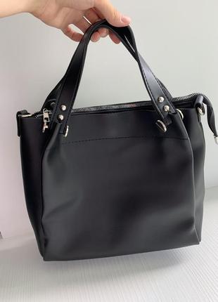 Чёрная сумка с короткими ручками