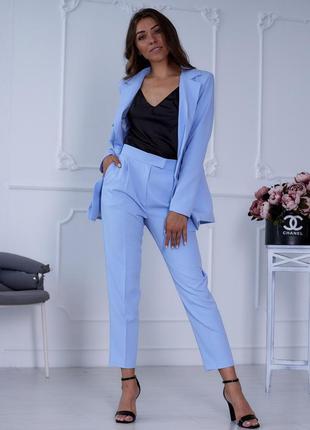 Женский брючный костюм голубого цвета