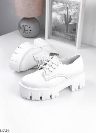 Кожаные женские туфли-броги на массивной подошве белые