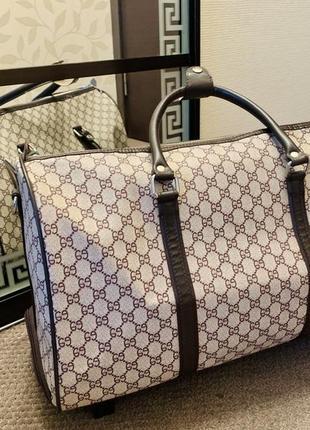 Красивая дорожная сумка на колесиках.