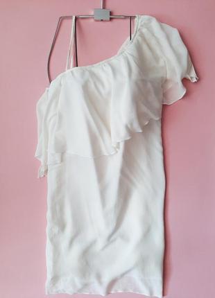 Легкое платье молочного цвета на одно плечо