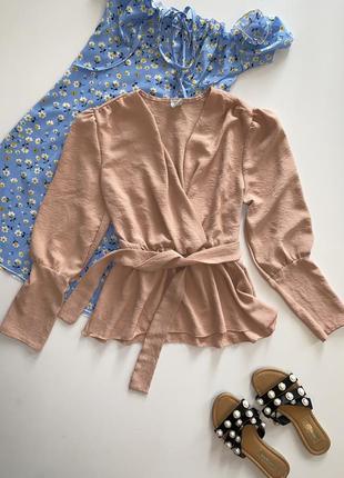 Бежевая блузка на поясе с объёмным рукавом