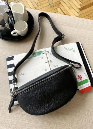 Женская кожаная итальянская черная поясная сумка бананка, италия