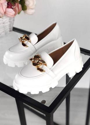 Женские туфли-лоферы с цепочкой