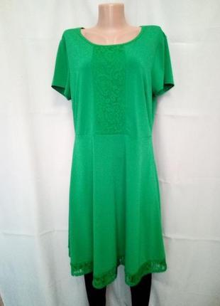 Яркое платье с кружевом