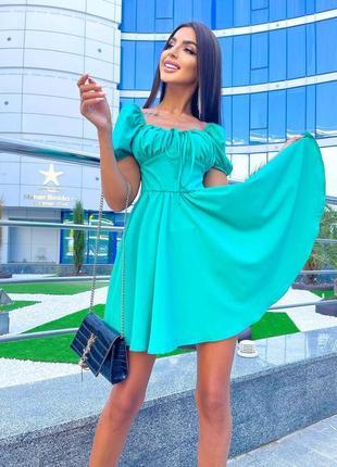 Зеленое платье с открытыми плечами