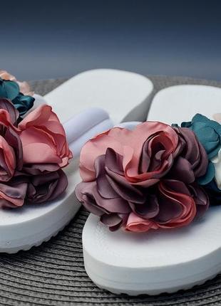 Пляжные шлепанцы вьетнамки с цветами
