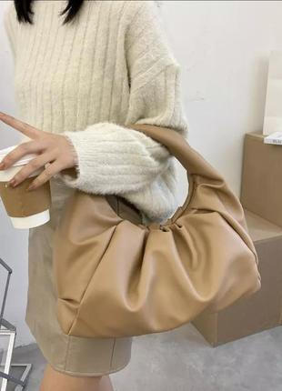 Стильная мягкая сумка карамельного цвета