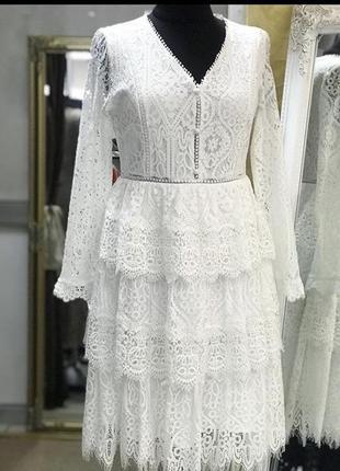 Белоснежное платье из нежного кружева