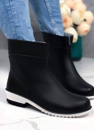 Резиновые ботинки легкие и стильные