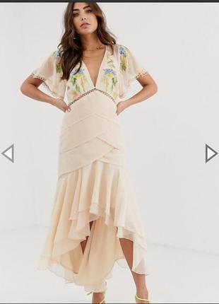 Очень красивое платье нюдовое с вышевкой