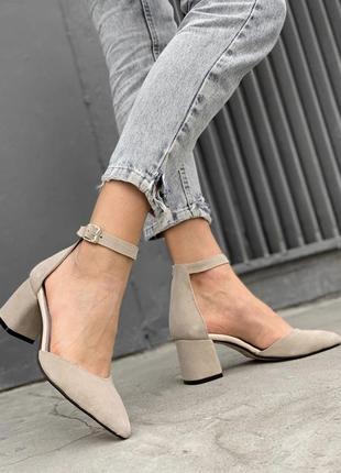 Бежевые туфли на каблуке из натуральной замши