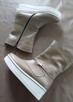 Демисезонные ботинки из светлой кожи