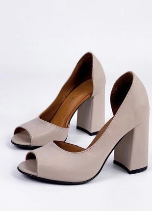 Бежевые туфли на каблуке из натуральной кожи