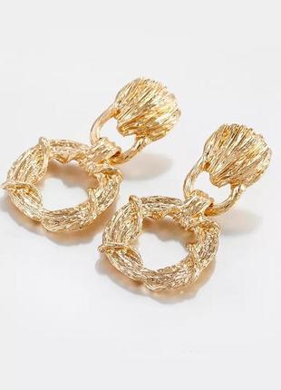 Стильные необычные серьги под золото