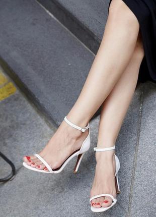 Белые босоножки каблук 8 см.